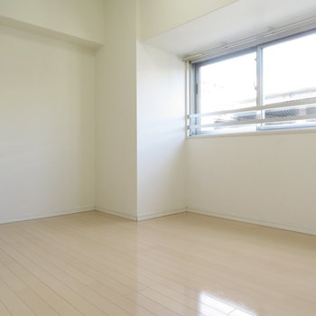 寝室はフローリングです。※写真は7階同間取り・別部屋のものです。