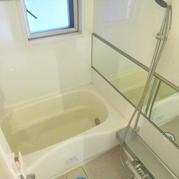 お風呂には大きなミラー付き。※写真は7階同間取り・別部屋のものです。