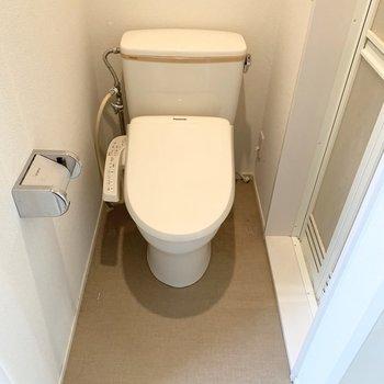 引き戸を開けるとトイレ・兼・脱衣所が現れました。※クリーニング前の写真です