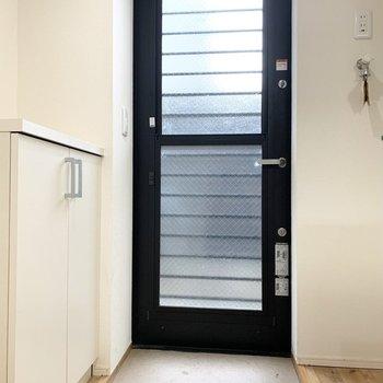 光や風を取り込む透明の玄関扉。
