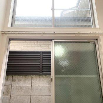 眺望はブロック塀に遮られています。が上の窓からは空も少し見えますよ。