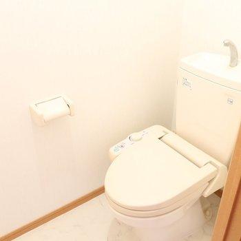 トイレももちろんウォシュレット付き!(※写真は2階の反転間取り別部屋のものです)