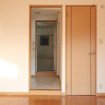 洋室から水周りへアクセス!そして右の扉は・・・(※写真は2階の反転間取り別部屋のものです)