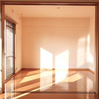 日差しが暖かい◎(※写真は2階の反転間取り別部屋のものです)
