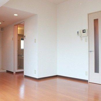部屋は清潔感のある白色(※写真は4階の同間取り別部屋のものです)
