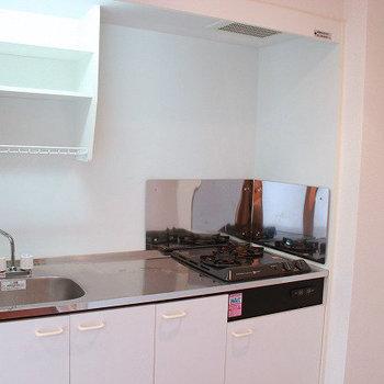 キッチンはこうみえて2口コンロです!(※写真は4階の同間取り別部屋のものです)