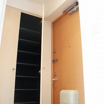 天井まであるシューズボックスはたくさん収容できます!(※写真は4階の同間取り別部屋のものです)