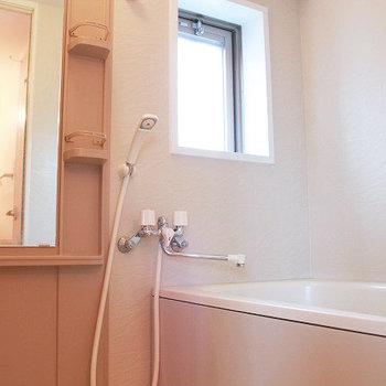 お風呂にある小窓って結構うれしい(※写真は4階の同間取り別部屋のものです)