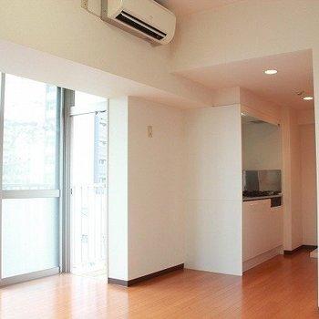 床のオレンジ色なフローリングも優しいね(※写真は4階の同間取り別部屋のものです)