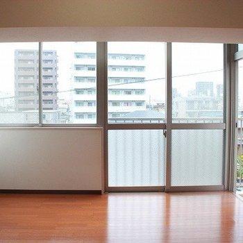 窓はしっかりとした大きさで明るく!(※写真は4階の同間取り別部屋のものです)