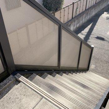 階段の幅は狭め