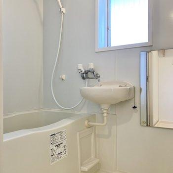 お風呂には窓があり、換気がしやすいです