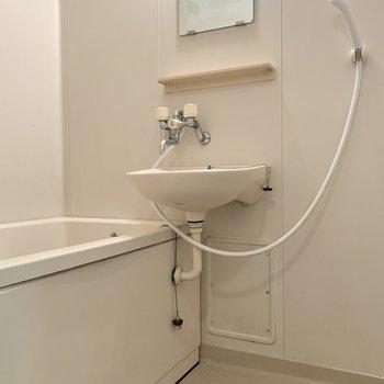 バスルームの洗い場はゆったりめ※写真はクリーニング前のものです