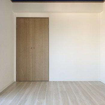 【洋室北】床は木目調でやわらかい色合い