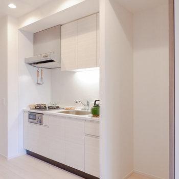 キッチン横に家電を置くスペースです。※家具・雑貨はサンプルです