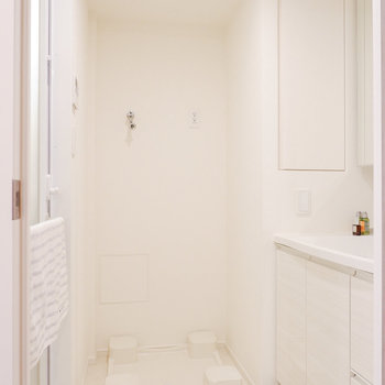 脱衣所に洗濯機置き場と洗面台は動線が良いですね。※家具・雑貨はサンプルです