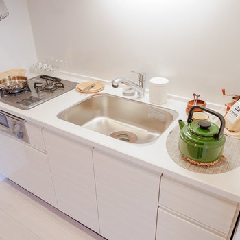 2口コンログリル付きで料理の幅も広がります。※家具・雑貨はサンプルです