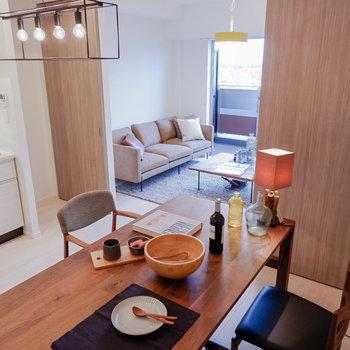 ダイニングテーブルは4人がけのものも置くことできるサイズ感です。※家具・雑貨はサンプルです