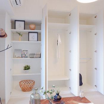 壁一面に収納があり、趣味多きあなたも安心です。※家具・雑貨はサンプルです