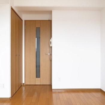 ベランダ側から。シンプルな内装なので、北欧風でもナチュラルモダンでも◎(※写真は11階の同間取り別部屋のものです)