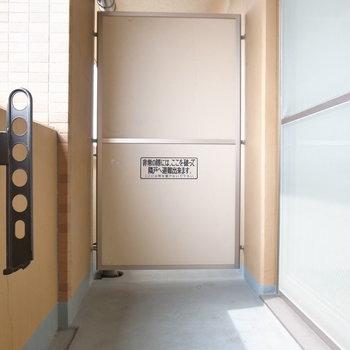 洗濯物を干しやすいスペース。日差しもあるのでよく乾きそう!(※写真は11階の同間取り別部屋のものです)