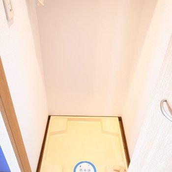 キッチンの右となりのとびらを開くと洗濯パンがあります。(※写真は11階の同間取り別部屋のものです)
