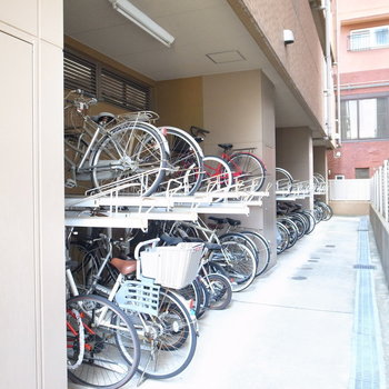 【共用部】駐輪場は建物の裏手に。