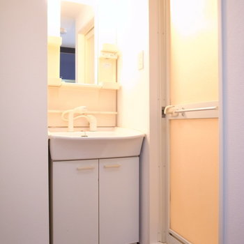 独立洗面台もしっかりと◎(※写真は11階の同間取り別部屋のものです)