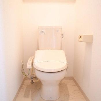 ゆったりめのトイレです。(※写真は11階の同間取り別部屋のものです)