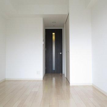 シンプルな内装はどんな家具も合わせやすい!(※写真は14階の反転間取り別部屋のものです)