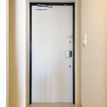玄関はすこし狭いですが、※写真は反転間取り・別部屋のものです