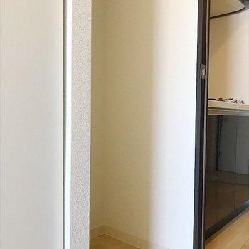 冷蔵庫置場は居間側にあります◎※写真は反転間取り・別部屋のものです