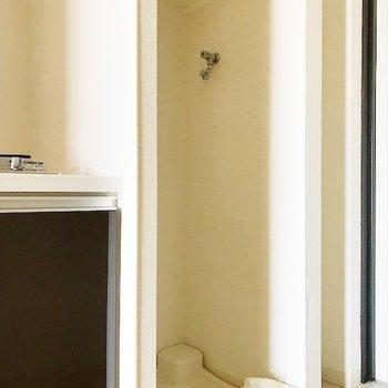 洗濯機置場はキッチンのおとなり。※写真は反転間取り・別部屋のものです