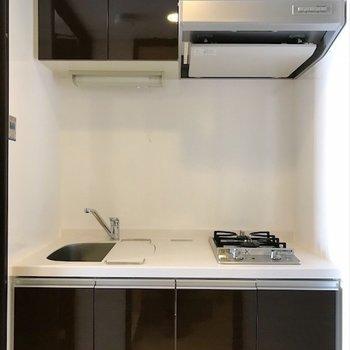 キッチンは脱衣所の向かい側。※写真は反転間取り・別部屋のものです