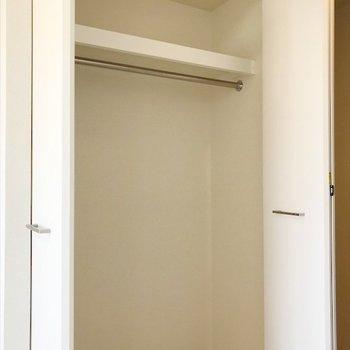 大きなクローゼットには、たくさんの洋服を収納できそう♪※写真は反転間取り・別部屋のものです