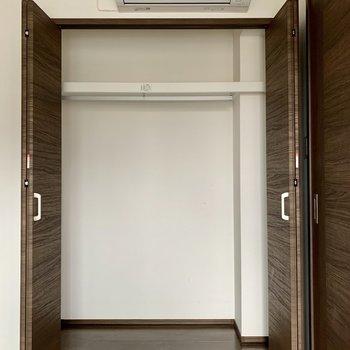 【洋室6.0帖】丈の長い服も掛けられる高さです