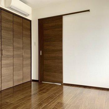 【洋室6.0帖】家具はシックにまとめたいところ