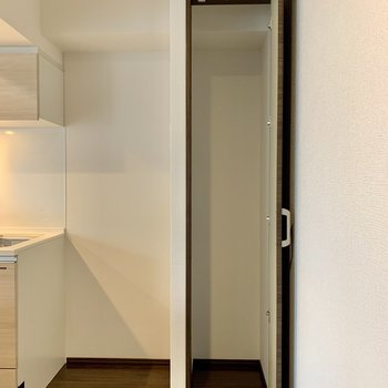 【LDK】キッチン隣には冷蔵庫置き場と収納があります