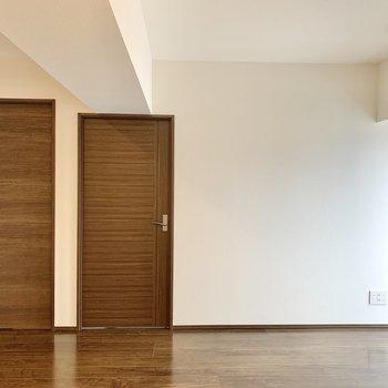 【LDK】白と茶色を基調とした空間