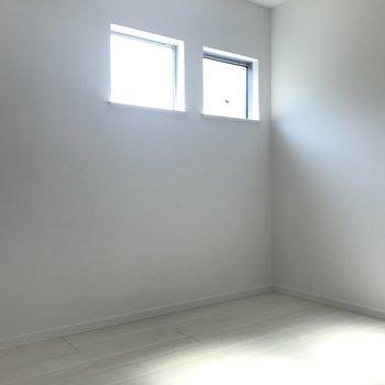 小窓がオシャレな洋室です。