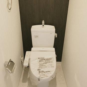 トイレもしっかりウォシュレット付き!(※写真は1階の同間取り別部屋のものです)
