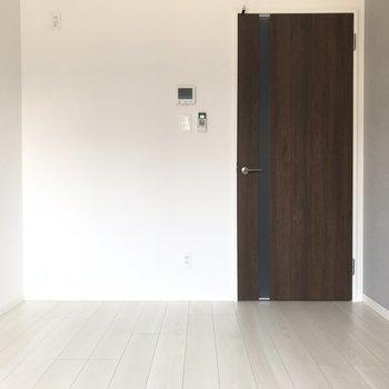 ドアの横は冷蔵庫置場。グッドデザインなものを置きたいな。(※写真は1階の同間取り別部屋のものです)