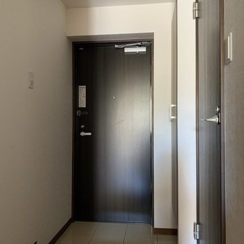 玄関も広いです※写真は1階の同間取りの別部屋、通電前のものです