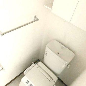 トイレの上の棚も嬉しい※写真は1階の同間取りの別部屋、通電前のものです。フラッシュを使用して撮影しています