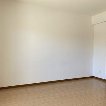 シンプルでどんな家具でも合いそう!※写真は1階の同間取りの別部屋、通電前のものです