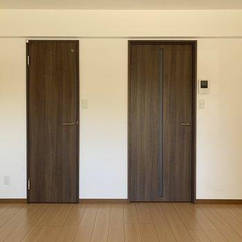 左側はクローゼットです※写真は1階の同間取りの別部屋、通電前のものです