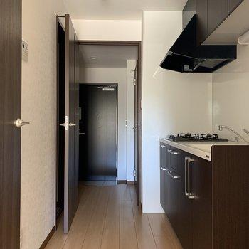 キッチン前はゆったり広々〜※写真は1階の同間取りの別部屋、通電前のものです