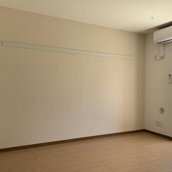 ここにベッドおこうかな?※写真は1階の同間取りの別部屋、通電前のものです