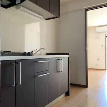 スタイリッシュなキッチン※写真は1階の同間取りの別部屋、通電前のものです