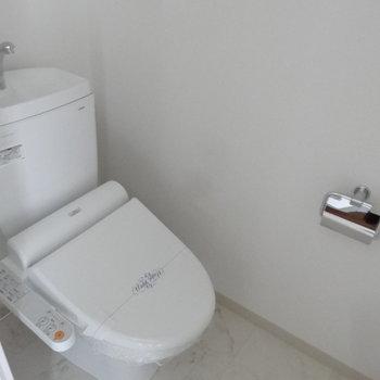 トイレはウォシュレット付き!(※写真は11階の同間取り別部屋、モデルルームのものです)